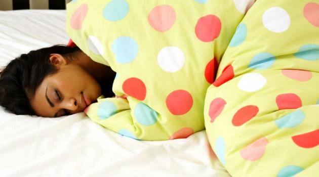 Por que dormir sem escovar os dentes faz tão mal para a sua saúde bucal?