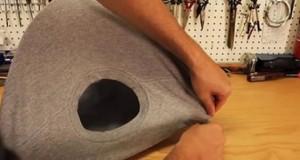 camiseta-velha-sobre-um-cabide-de-arame