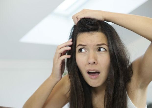 Faz mal dormir de cabelo molhado? Arrancar um fio branco faz nascer mais? Veja mitos e verdades sobre seus fios! 