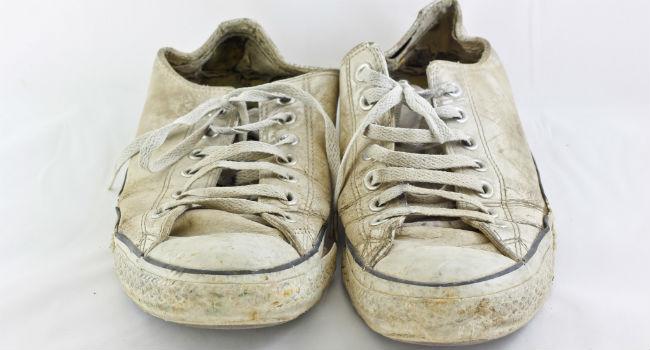 Como limpar tênis branco, de camurça, couro e mais com soluções simples