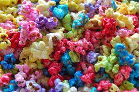 pipoca colorida com suco