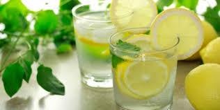 Água quente e limão desintoxica, emagrece, melhora a digestão, normaliza colesterol e triglicérides