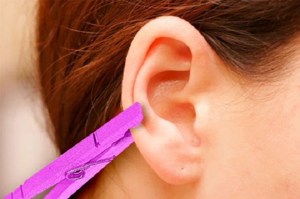 Depois de saber por que ela coloca um prendedor de roupas na orelha, você vai fazer o mesmo sempre