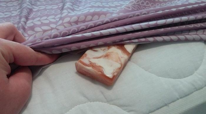 Barra de sabão debaixo do lençol