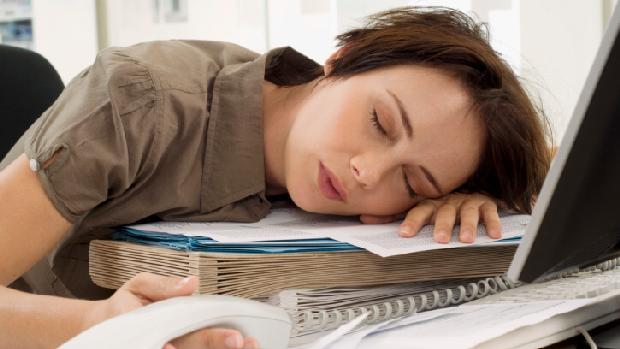 Sinto muito sono durante o dia: 3 causas comuns e 3 que podem ser graves