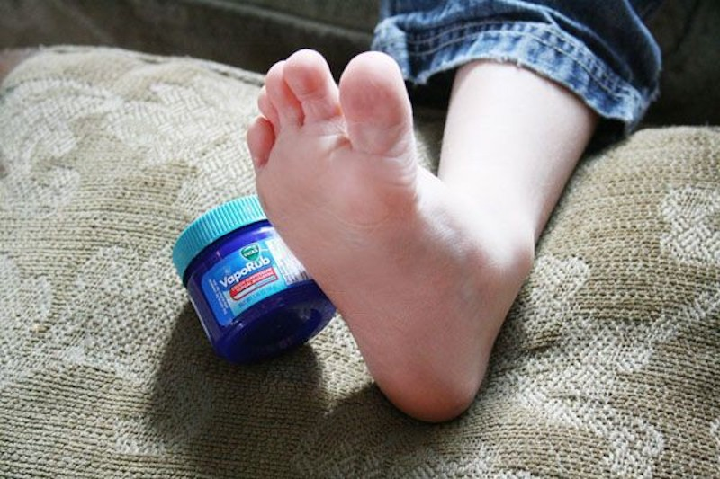 Seu filho estava tossindo muito; ela passou Vick nos pés dele, a tosse passou na hora!
