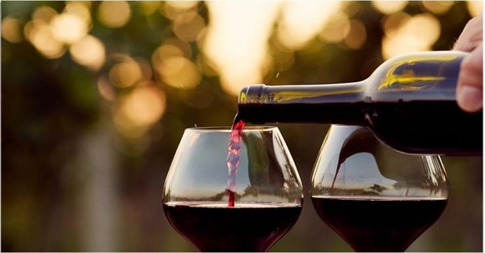 Pesquisa diz que beber vinho antes de dormir faz você perder peso