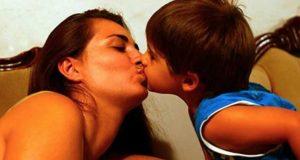 mae_e_filho_-_beijo_na_boca