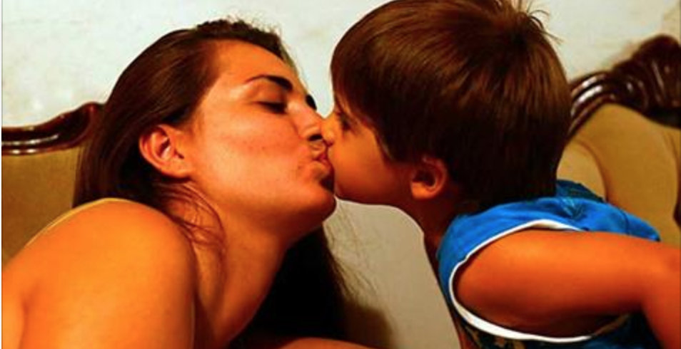 Psicólogos alertam: é por isso que você nunca deve beijar seus filhos na boca!