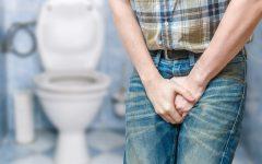 Segurar o xixi é prejudicial à saúde: causa incontinência, infecção etc