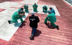 Enfermeiros se reúnem para orar no telhado do hospital durante pandemia