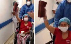 Mulher celebra alta da UTI com a Bíblia nas mãos, após vencer o Covid-19