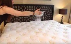 Ela joga bicarbonato de sódio na cama; quando souber o motivo, você vai fazer o mesmo!