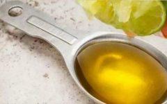 Esprema 1 limão com 1 colher de sopa de azeite de oliva para limpar fígado e intestino