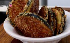 Substitua batata frita por essa deliciosa receita de berinjela crocante feita no forno