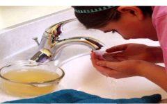 Lavar o rosto com vinagre de maçã acaba com cravos e espinhas