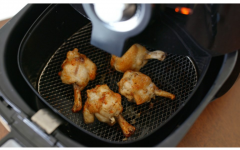 Como desengordurar a air fryer: vinagre e bicarbonato tiram as sujeiras mais difíceis